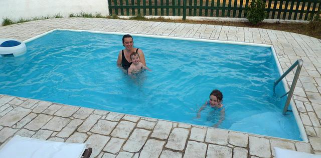 mendesain kolam renang pribadi di rumah pt bdp