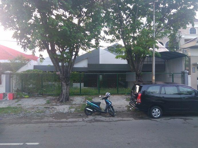 Rumah usaha strategis di jalan raya Dharmahusada Indah